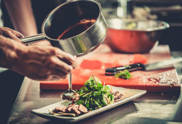 Anrichten von Tagliata auf einem Teller